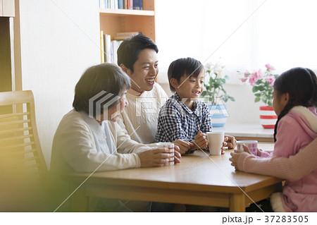 三世代 家族 団らん 笑顔 37283505