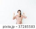女性 20代 指差しの写真 37285583