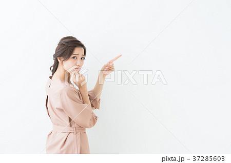 指差し 20代女性(白背景) 37285603
