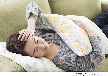 体調不良で横になる女性 37292006