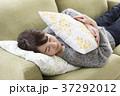 女性 体調不良 ソファーの写真 37292012