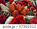Bouquet with rose and strawberry in chocolate 37302312