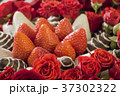 Bouquet with rose and strawberry in chocolate 37302322