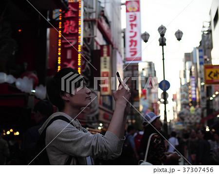 大阪観光 スマホで写真撮影する男性 一人旅 37307456