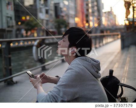 スマホで音楽を聴く男性 37307579