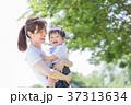 日本人の母親と男の子 37313634