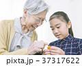 折り紙を折るおばあちゃんと女の子 37317622