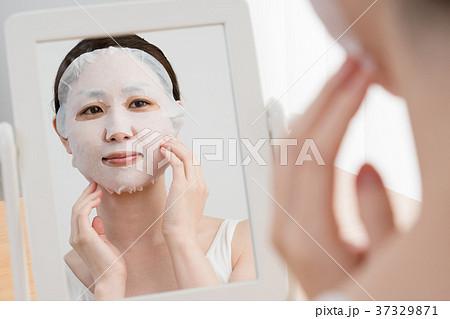 フェイスマスクをする女性、鏡 37329871