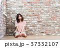 女性 若い レンガの写真 37332107