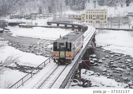 大糸線 冬の姫川を渡るディーゼルカー 1 37332137