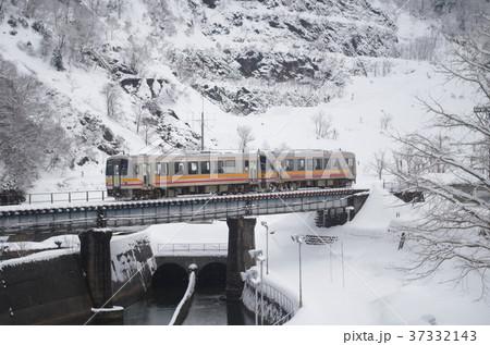 大糸線 冬の姫川を渡るディーゼルカー 2 37332143