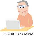 シニア 男性 笑顔 ノートパソコン 携帯 操作  37338358