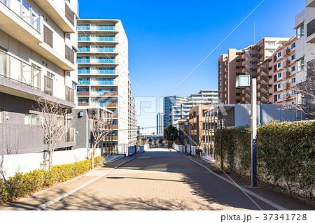 マンションが建ち並ぶ住宅街 37341728