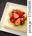 イチゴとキウイのレアチーズケーキ 黒背景 (ハイアングル) 37348086