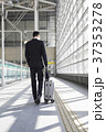空港 後姿 ビジネスマンの写真 37353278