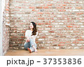 女性 煉瓦 壁の写真 37353836