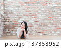 女性 煉瓦 壁の写真 37353952