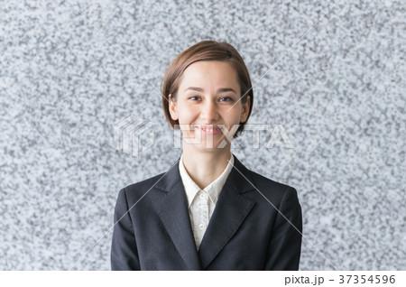 やる気に満ち溢れた表情の女性 37354596