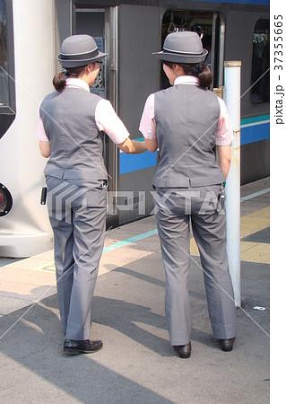 二人の女性車掌さん 37355665