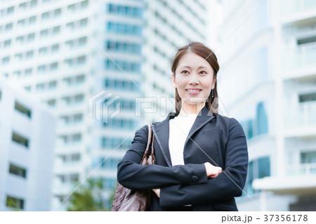 腕組みをする女性(ビジネスイメージ) 37356178