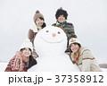 雪だるまの周りで微笑む大学生 37358912
