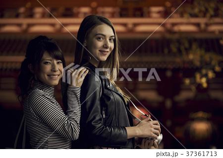 夜の東京を観光する外国人女性と日本人女性 37361713
