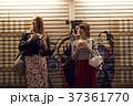夜の東京を観光する外国人女性と日本人女性 37361770