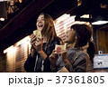浅草で食べ歩きをする女性たち 37361805