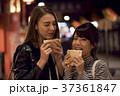 夜の東京を観光する外国人女性と日本人女性 37361847
