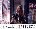 夜の東京を観光する外国人女性 37361878