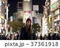 夜の東京を観光する外国人女性 37361918