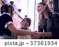 東京の夜 メイドと握手する外国人女性 37361934