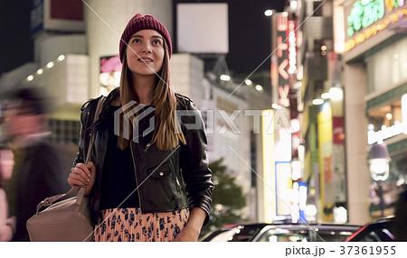 夜の東京を観光する外国人女性 37361955