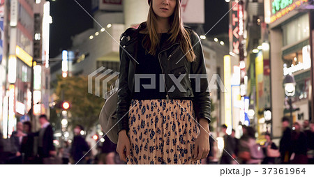 夜の東京を観光する外国人女性 37361964
