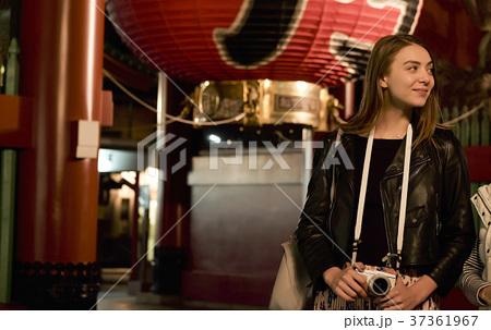 夜の東京を観光する外国人女性 37361967