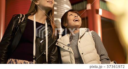 夜の東京を観光する外国人女性と日本人女性 37361972