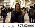 夜の東京を観光する外国人女性 37362000