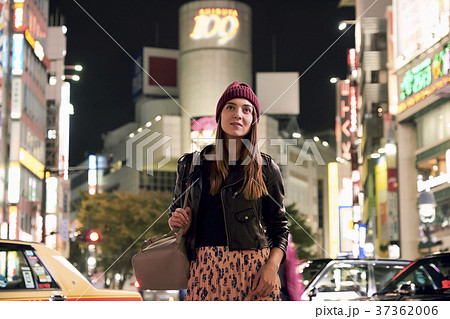 夜の東京を観光する外国人女性 37362006