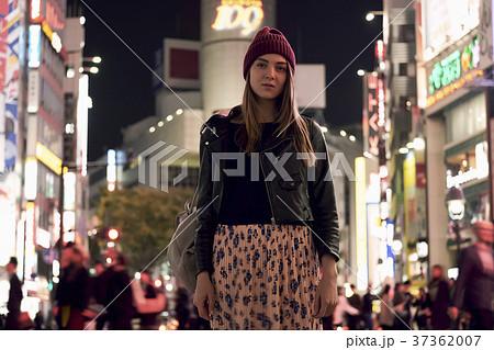 夜の東京を観光する外国人女性 37362007