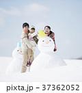 雪だるまを作る家族 37362052