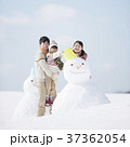 雪だるまを作る家族 37362054
