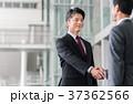 握手 ビジネスマン 男性の写真 37362566