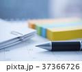 カレンダー ボールペン ビジネスイメージの写真 37366726