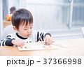 ダイニングテーブルで国旗のパズルで遊ぶ幼児 37366998