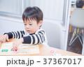 ダイニングテーブルで国旗のパズルで遊ぶ幼児 37367017