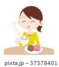 おうちカフェでリラックスする女性 マカロンとカフェラテ 37378401
