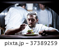 キッチンで調理するシェフ 37389259