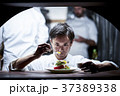キッチンで調理するシェフ 37389338