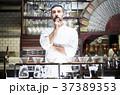レストランに立つシェフ 37389353