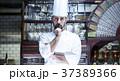 レストランに立つシェフ 37389366